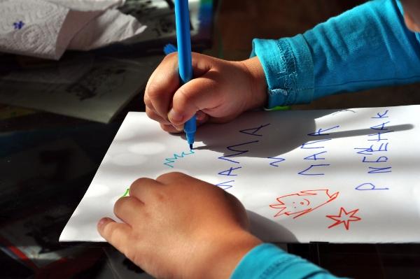 ребёнок пишет