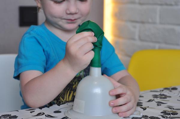 Ребенок делает игрушку